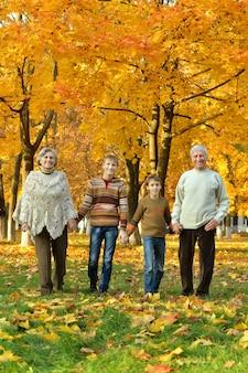 Бабушки и дедушки и внуки вместе в осеннем парке