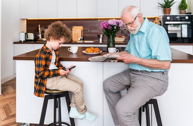 집에서 노는 조부모와 손자 - 집에 있는 가족, 조카를 돌보는 할아버지