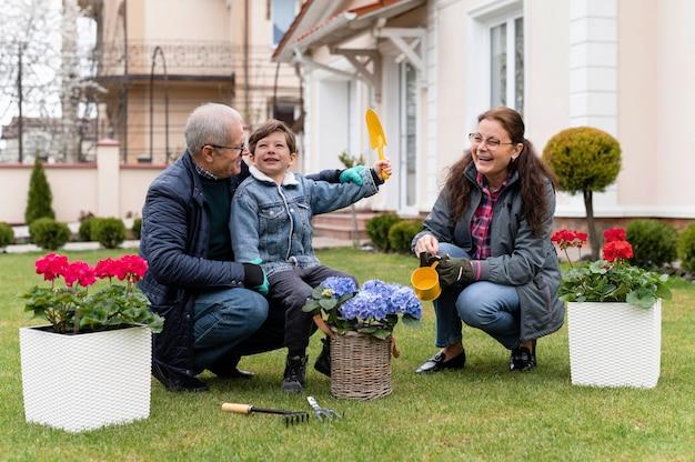 조부모와 정원에서 일하는 어린 소년