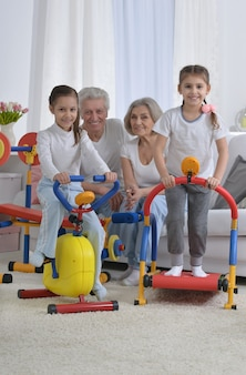 家で運動をしている祖父母と小さな孫娘