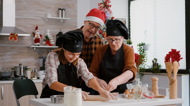 전통적인 크리스마스 수제 쿠키를 만드는 조부모 커피 손자