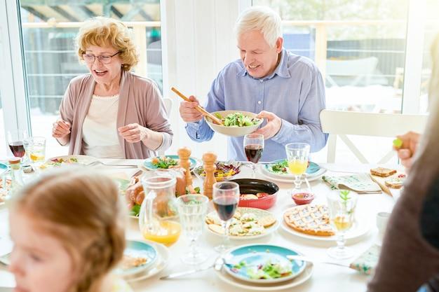 家族の再会で食事を楽しむ祖父母