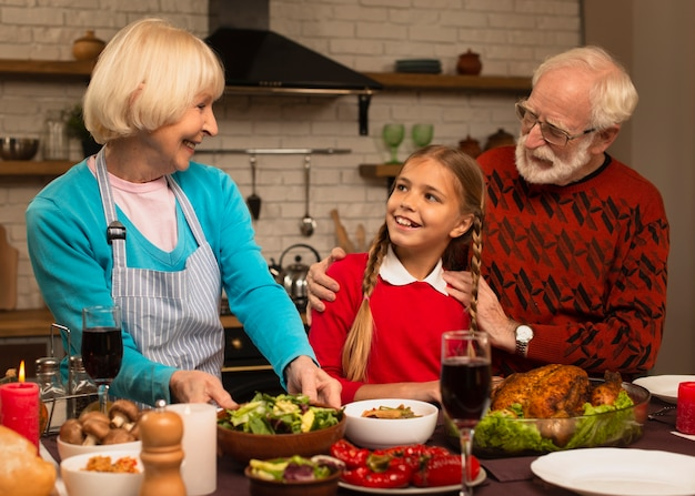 Бабушка и дедушка смотрят на внучку