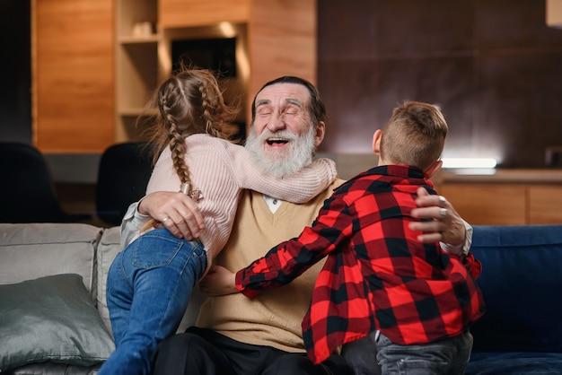 祖父母が孫娘と遊んで楽しんでいる