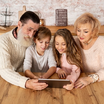 Бабушка и дедушка проводят время вместе со своими внуками
