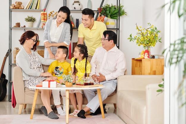 Бабушки и дедушки поздравляют внуков с новым годом, когда отмечают праздник весны дома
