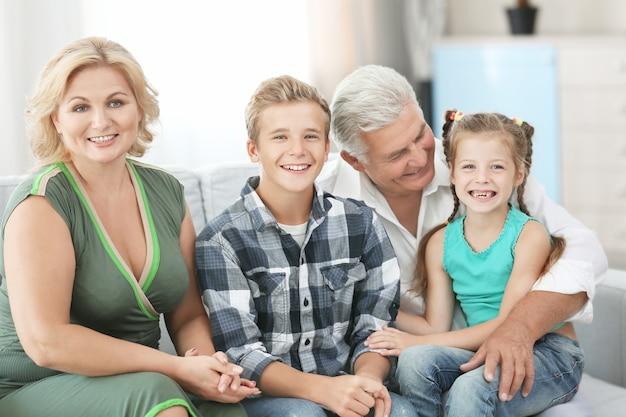 Бабушки и дедушки с внуками на диване
