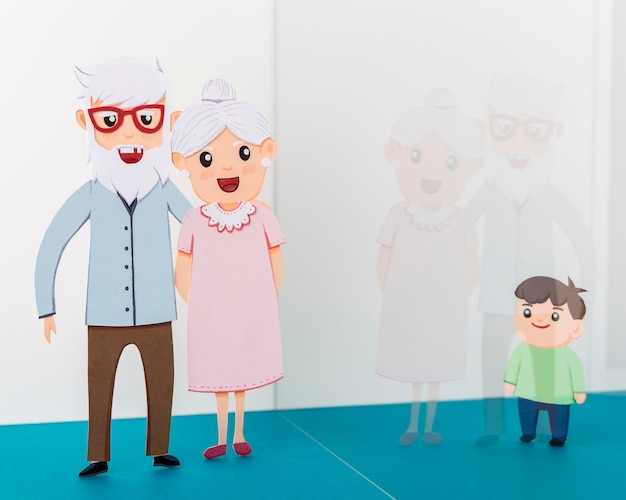Бабушка и дедушка с ребенком за стеклянной стеной