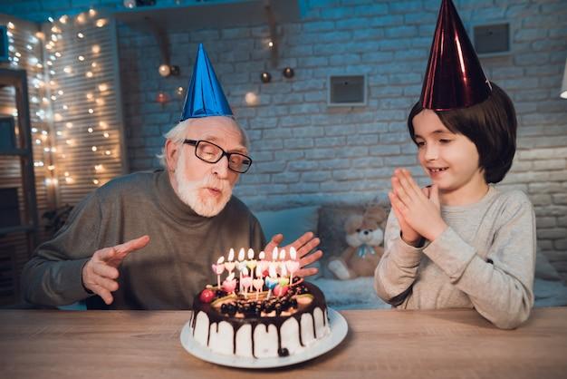 誕生日ケーキの孫吹いてキャンドル