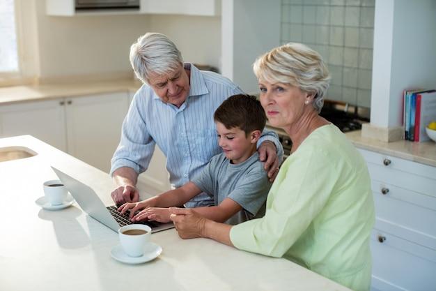 祖父母とラップトップを使用して孫