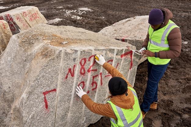 Granitをマーキングするワーカー
