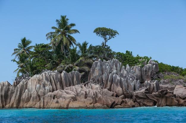 바다 해안 세이셸 섬에 화강암 바위입니다. 고품질 사진