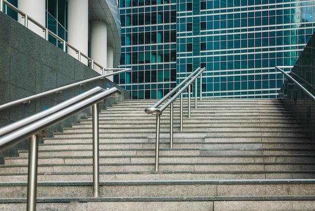 Гранитная лестница, ведущая к стеклянным офисным зданиям финансового района, без людей