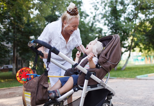 おばあちゃん、おじいちゃんの孫と一緒に遊ぶ