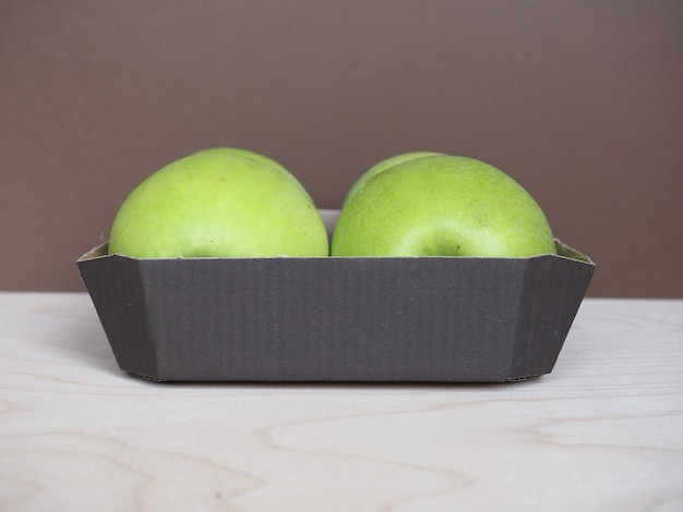 段ボールバスケットのグラニースミスリンゴフルーツ食品