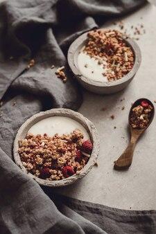 Гранола. вкусный завтрак на столе