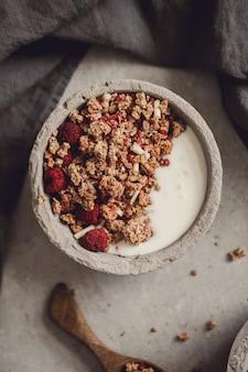 グラノーラ。テーブルの上のおいしい朝食