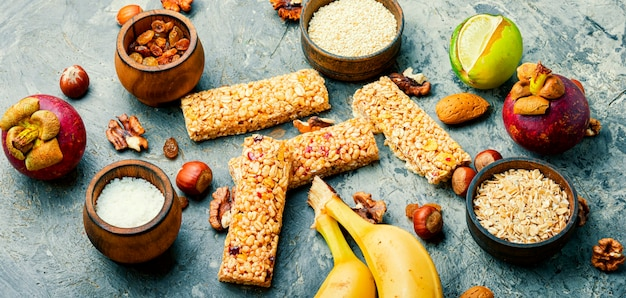ドライフルーツ、バナナ、ナッツを使ったグラノーラエネルギーバーエネルギー、スポーツ、朝食