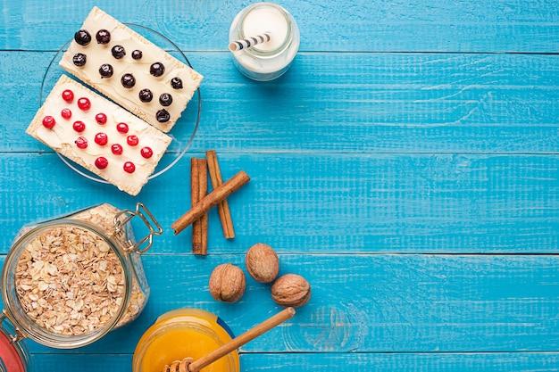 베리 견과류와 꿀이 든 항아리에 담긴 그래놀라 건강한 아침 식사와 다이어트 개념 비타민 스낵 카피 스파...