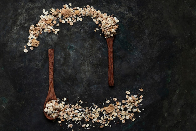 Гранола, мюсли в деревянных кокосовых ложках на деревенском столе. вид сверху. flat lay