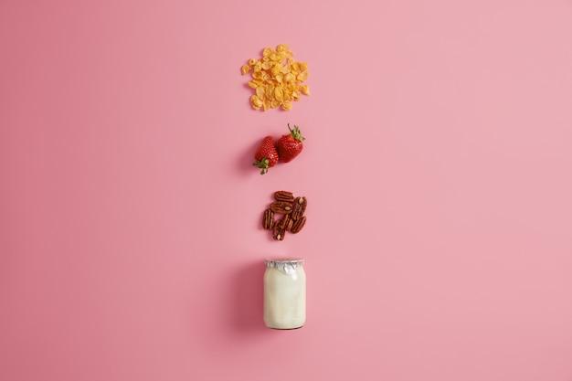 그라 놀라, 잘 익은 딸기, 통나무를 요거트에 추가하고 맛있는 음료 또는 스무디를 준비하는 재료로 사용합니다. 아침 식사로 만든 간식. 건강한 유기농 영양 및 다이어트 개념 유지