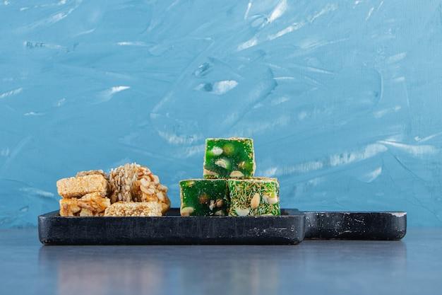 Granola e delizie turche su un tagliere sul piano di marmo