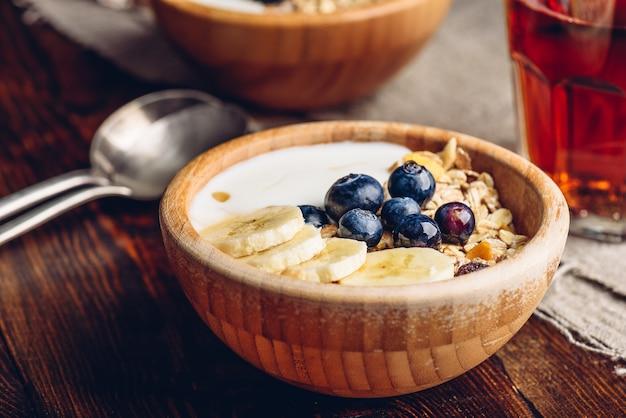 Гранола с бананом, черникой и йогуртом на завтрак