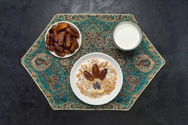 グラノーラと日付。アラビア語のミューズリーと日付。ラマダン料理。