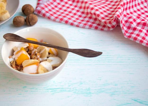 Мюсли с фруктами здоровый завтрак из овсянки с бананами и манго