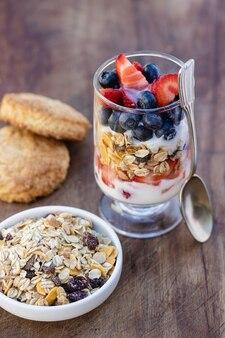 Гранола с фруктами и овсяным печеньем. здоровый завтрак.