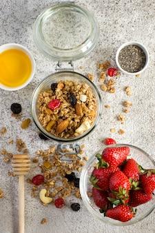 イチゴ、ナッツ、蜂蜜入りグラノーラ。健康的な朝食セット。