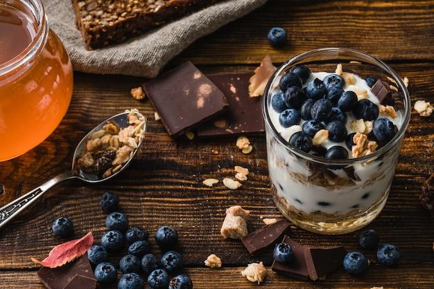 Гранола с йогуртом и черникой