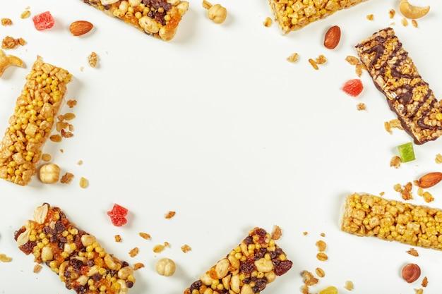 Бары granola изолированные на белой предпосылке.