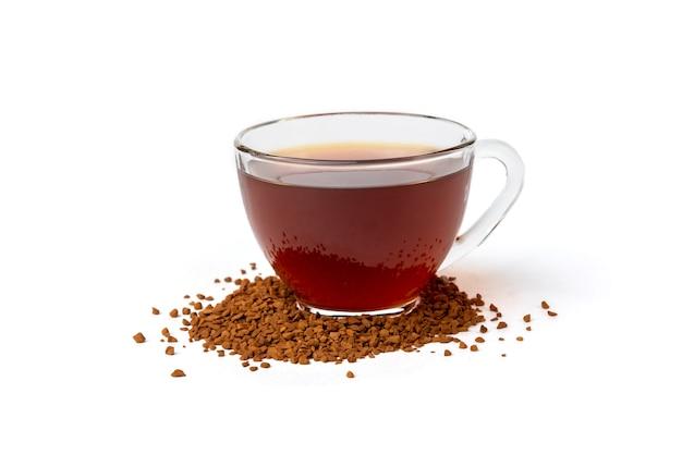 Гранулированный кофе, изолированные на белом фоне с чашкой