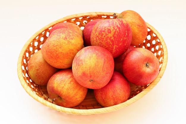 흰색 표면에 포도 후지 사과
