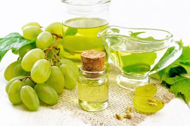 병에 든 포도 기름, 그레이비 보트, 삼베 냅킨에 든 항아리, 딸기, 녹색 포도 씨앗