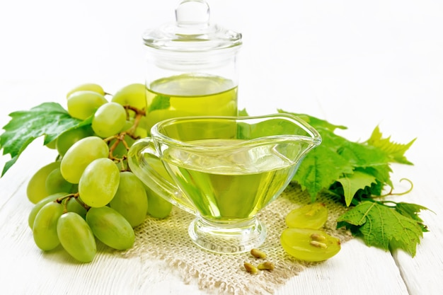 그레이비 보트에 있는 포도 기름과 약탈에 있는 항아리, 녹색 포도 열매