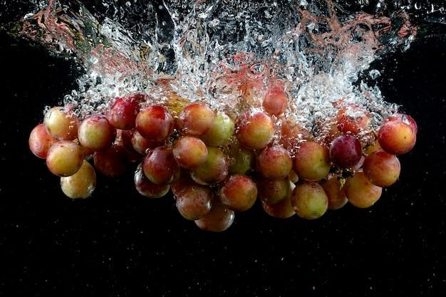 Виноград плеснул в воду в черном