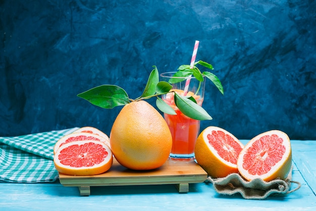 Грейпфрут и напиток с тканью для пикника
