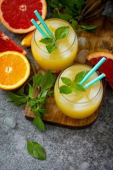 Коктейль из грейпфрута и апельсина с джином или освежающий напиток маргарита со льдом вид сверху