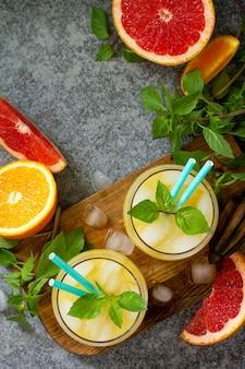 Коктейль из грейпфрута и апельсина с джином или маргарита вид сверху плоская планировка копирование пространства