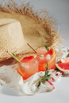 Коктейль из грейпфрута и розмарина. освежающий и безалкогольный напиток идеально подходит для весны или лета.