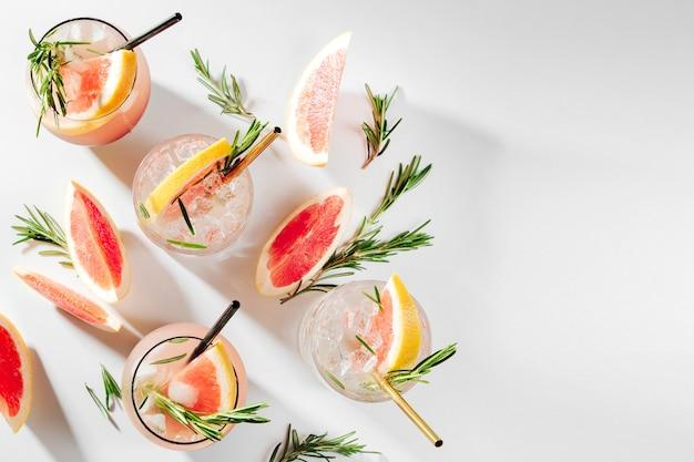 Коктейль из грейпфрута и розмарина освежающий и безалкогольный напиток, идеально подходящий для весны или лета