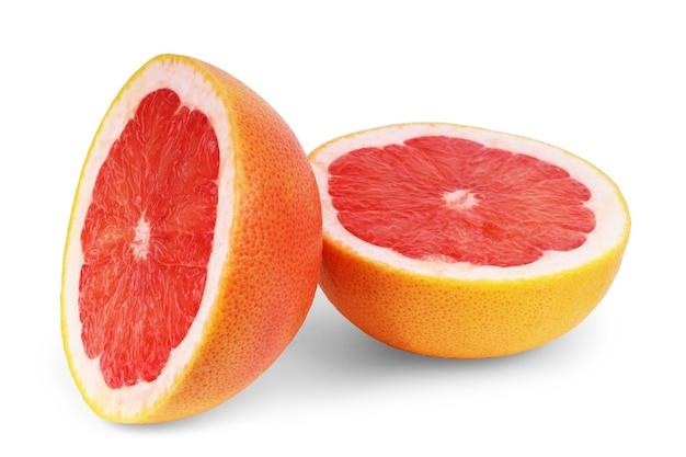 Цитрусовые грейпфрут с половиной, изолированные на белом фоне с обтравочным контуром