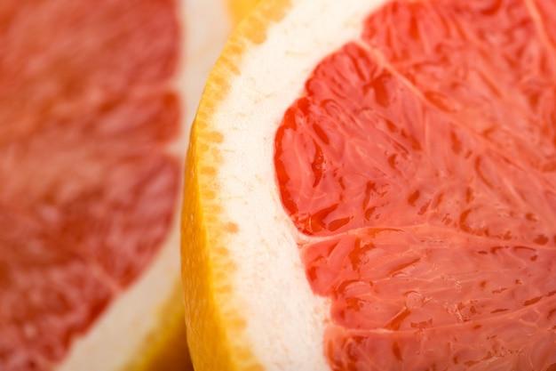 Грейпфрут поближе к сочному сочному половинку идеального грейпфрута на белом столе