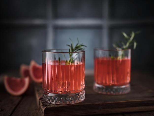 Грейпфрутовый коктейль с розмарином на столе
