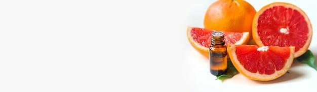 Эфирное масло грейпфрута в бутылочке. выборочный фокус. еда.