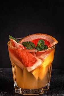 Домашний коктейль из грейпфрута, наполненный фруктами