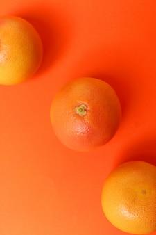 Грейпфрут, изолированный на оранжевой поверхности