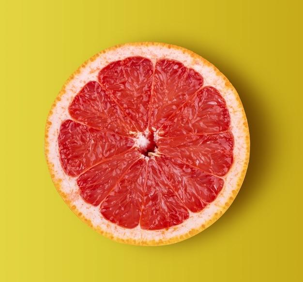 黄色の背景に分離されたグレープフルーツ